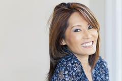 Portret van het Rijpe Aziatische Vrouw Glimlachen Stock Afbeelding