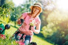 Portret van het rijpe vrouw thuis tuinieren Stock Foto's