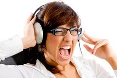 Portret van het schreeuwen vrouw het luisteren muziek Stock Afbeeldingen