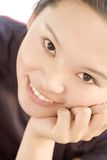 Portret van het sexy oostelijke jonge dame glimlachen Stock Afbeeldingen