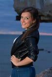 Portret van het sexy vrouw stellen op strand Royalty-vrije Stock Fotografie