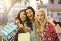 Het vrouwelijke de vrienden van Shopaholic gelukkig glimlachen Royalty-vrije Stock Foto's