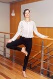 Portret van het slanke geschikte sportieve jonge witte Kaukasische bedrijfsvrouw mediteren die yogaoefeningen doen stock afbeeldingen