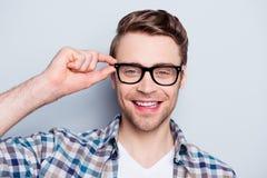 Portret van het slimme, slimme, gelukkige, positieve oogje o van de kerelholding stock foto