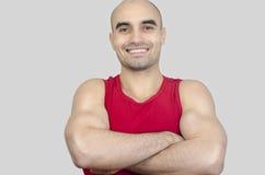 Portret van het spiermens glimlachen Knappe kale mens met gekruiste wapens royalty-vrije stock foto