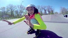 Portret van het sportieve kind gealigneerde rol schaatsen stock videobeelden