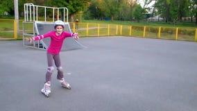 Portret van het sportieve kind gealigneerde schaatsen stock footage