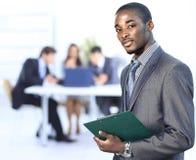 Portret van het succesvolle Amerikaanse Afrikaanse zakenman glimlachen die zijn team leiden royalty-vrije stock afbeeldingen
