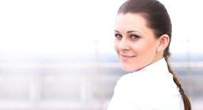 Portret van het succesvolle bedrijfsvrouw glimlachen Mooie jonge vrouwelijke stafmedewerker royalty-vrije stock afbeelding