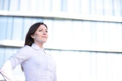 Portret van het succesvolle bedrijfsvrouw glimlachen Mooie jonge vrouwelijke stafmedewerker in het stedelijke plaatsen royalty-vrije stock foto's