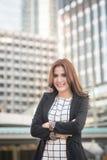 Portret van het succesvolle slimme bedrijfsvrouw zeker kijken en het glimlachen royalty-vrije stock fotografie