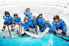 Portret van het team van het kinderen` s hockey bij ijsarena royalty-vrije stock fotografie