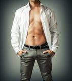 Portret van het torso van de spiermens in wit overhemd Royalty-vrije Stock Afbeelding