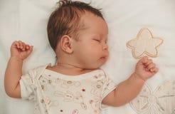 Portret van het uitglijdende meisje van de behandelingsbaby op het kinderenlinnen Stock Fotografie