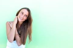 Portret van het vriendschappelijke jonge vrouw glimlachen Stock Foto