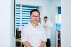 Portret van het vriendschappelijke mannelijke arts glimlachen stock foto