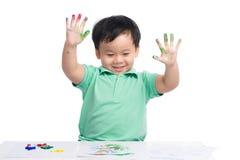 Portret van het vrolijke Aziatische jongen spelen met waterverf royalty-vrije stock afbeelding