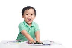 Portret van het vrolijke Aziatische jongen spelen met waterverf royalty-vrije stock foto's
