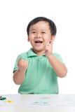Portret van het vrolijke Aziatische jongen spelen met waterverf stock afbeelding