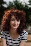 Portret van het vrolijke jonge de vrouw van Latina glimlachen Royalty-vrije Stock Foto's