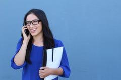 Portret van het vrolijke jonge vrouw spreken op smartphone in openlucht Gelukkige mooie Kaukasische vrouw die mobiele telefoon me Royalty-vrije Stock Fotografie
