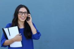 Portret van het vrolijke jonge vrouw spreken op smartphone in openlucht Gelukkige mooie Spaanse vrouw die mobiele telefoon met be Stock Fotografie