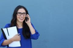 Portret van het vrolijke jonge vrouw spreken op smartphone in openlucht Gelukkige mooie Spaanse vrouw die mobiele telefoon met be Stock Foto's