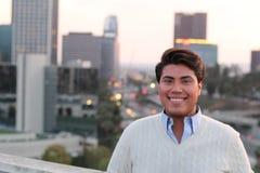 Portret van het vrolijke Latijnse jonge mannelijke glimlachen stock foto