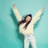Portret van het vrolijke manier hipster meisje gaan Stock Foto's