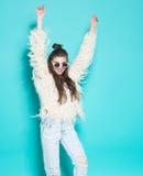 Portret van het vrolijke manier hipster meisje gaan Stock Afbeelding