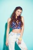 Portret van het vrolijke manier hipster meisje gaan Royalty-vrije Stock Afbeeldingen