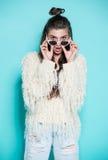 Portret van het vrolijke manier hipster meisje gaan Royalty-vrije Stock Afbeelding