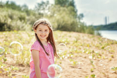 Portret van het vrolijke meisje stellen bij camera stock afbeelding