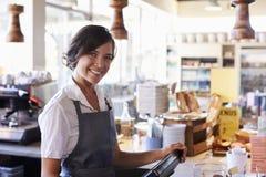 Portret van het Vrouwelijke Werknemer Werken bij Delicatessencontrole royalty-vrije stock foto