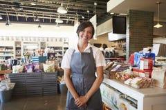 Portret van het Vrouwelijke Werknemer Werken in Delicatessen stock foto