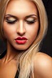 Portret van het wijfje die van het schoonheidsblonde neer in studio met pro kijken Stock Foto