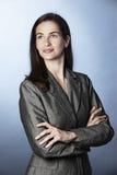 Portret van het zekere bedrijfsvrouw omhoog kijken. Stock Fotografie