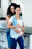 Portret van het zwangere lesbische paar omhelzen Royalty-vrije Stock Fotografie