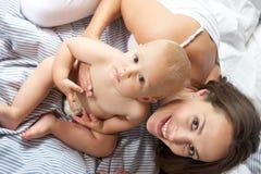 Portret van hierboven van een gelukkige moeder met aanbiddelijke baby Stock Afbeeldingen