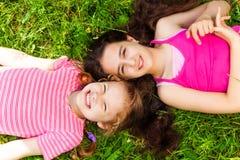 Portret van hierboven van twee mooie meisjes Stock Foto's