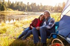Portret van Hoger Paar op Autumn Camping Trip royalty-vrije stock fotografie