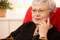 Portret van hogere dame op telefoon Royalty-vrije Stock Afbeeldingen