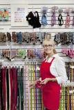 Portret van hogere eigenaar die van dierenwinkel riem tonen Royalty-vrije Stock Fotografie