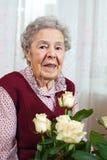 Portret van hogere glimlachende vrouw royalty-vrije stock foto's