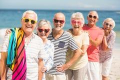 Portret van hogere vrienden bij het strand Royalty-vrije Stock Foto's