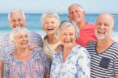 Portret van hogere vrienden bij het strand Royalty-vrije Stock Afbeelding