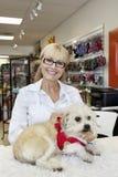 Portret van hogere vrouw met hond in dierenwinkel royalty-vrije stock foto's