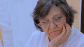 Portret van hogere vrouwenontwerper stock videobeelden