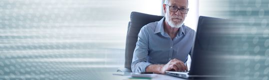 Portret van hogere zakenman die aan laptop werken Panoramische banner stock foto's