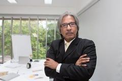 Portret van hogere zakenman in het bureau Hogere Aziatische zakenman bij een vergaderzaal royalty-vrije stock afbeelding
